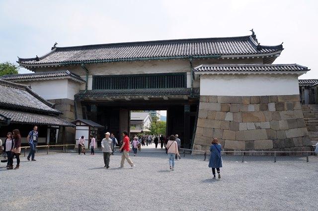 Gerbang pertahanan kastil yang begitu kokoh.