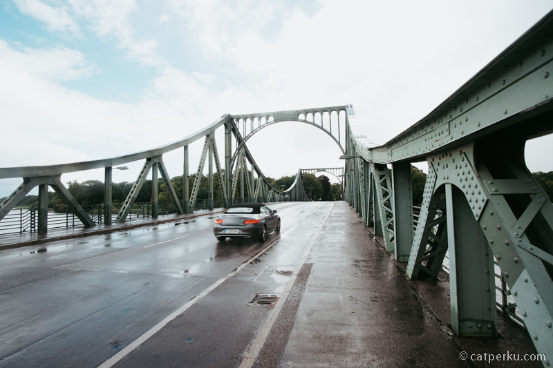 Glienicke Bridge jembatan terkenal sebagai tempat pertukaran mata-mata antara Jerman Barat dan Timur yang telah tertangkap.
