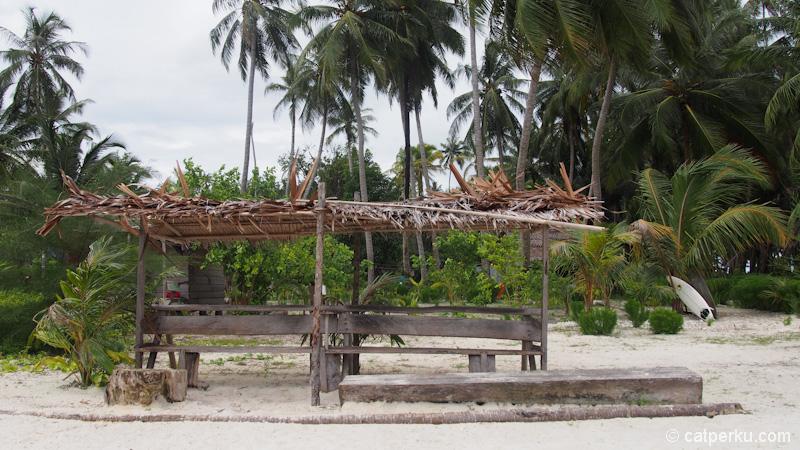 Gubuk kecil tepat berada tak jauh dari pantai untuk berteduh dari panas dan hujan