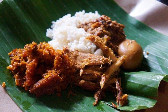 Gudeg adalah Kuliner Yogyakarta yang enggak boleh terlewatkan kalau berkunjung kesana.