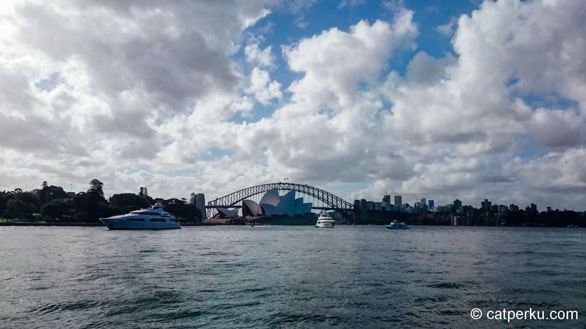 Harbour Bridge, dengan Sydney yang agak berawan