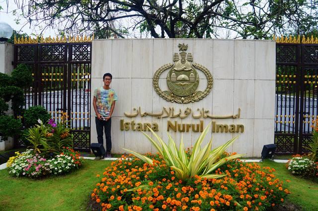 Hari biasa saya cuma bisa foto di depan gerbang istana, lebaran di Brunei Darussalam beda lagi ceritanya :)