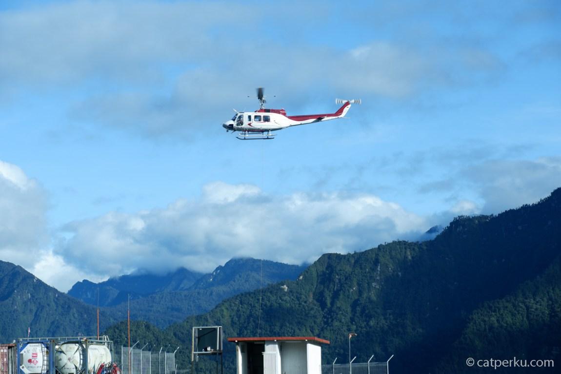 Helikopter terbang di Tembagapura
