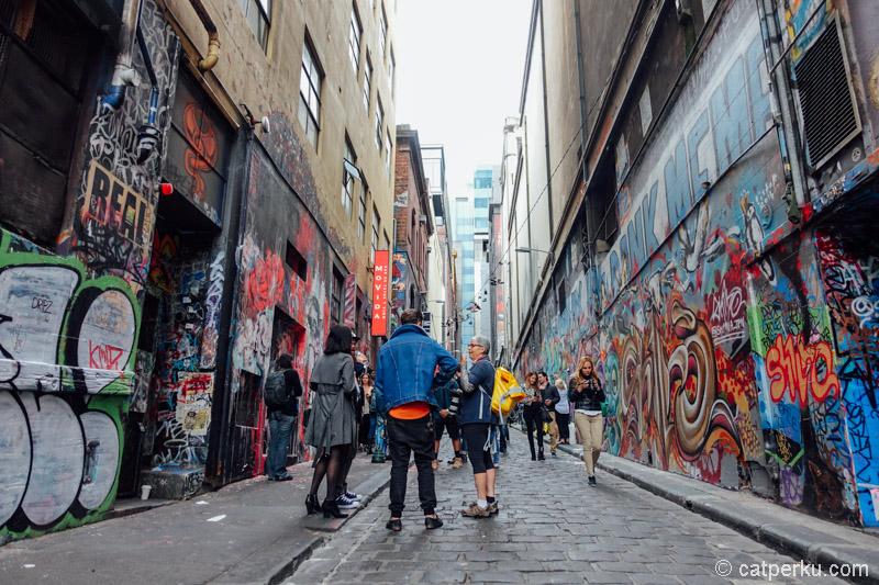 Hosier Lane, salah satu gang di Melbourne yang penuh dengan coretan, dan selalu ramai.