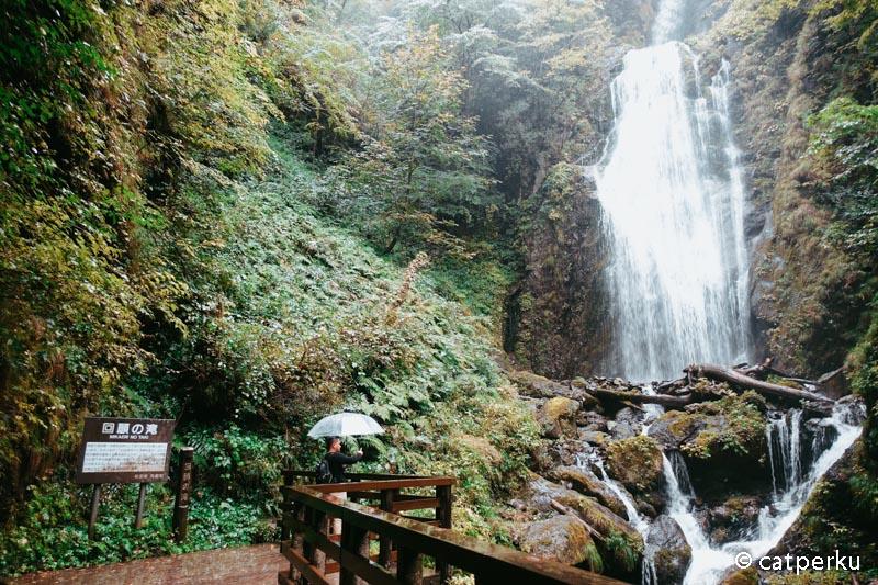 Ini Air Terjun Mikaeri yang merupakan bonus setelah trekking di lembah ini.