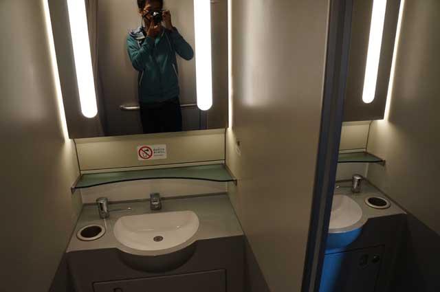 Ini bukan selfie ya! Tapi niatnya mendokumentasikan wastafel Shinkansen :p