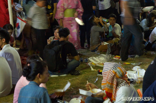 Kok ya tetep ngawur buang sampahnya! Jangan sampai buang sampah sembarangan terus menjadi budaya di Indonesia!