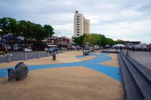 Jalan kaki di sepanjang waterfront Kota Kinabalu itu menyenangkan!