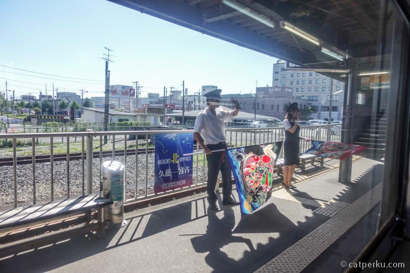 Japanese hospitality is always the best! Ucapan sayonara sesaat setelah kereta berangkat nih!