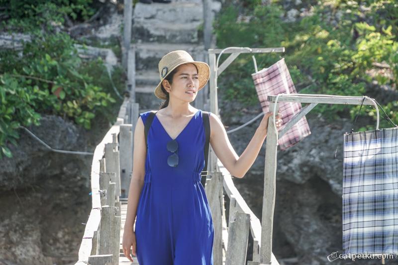 Jembatan kayu disini juga salah satu spot asik untuk berburu foto, apalagi kalau ada modelnya kayak gini