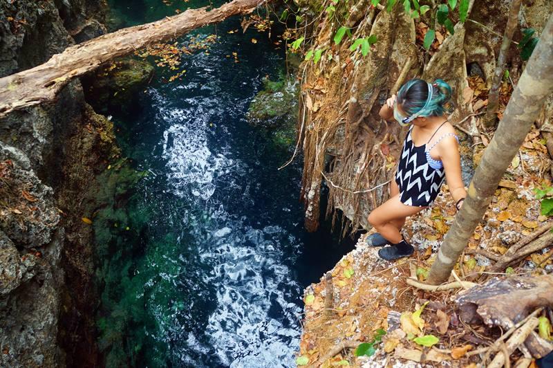 Jernih dan beningnya air Gua Haji Mangku terlihat dari atas gua.
