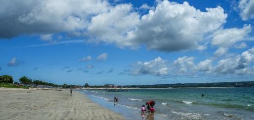 Jimbaran Bay siang hari ketika cuaca sedang cerah, banyak yang beraktifitas disini