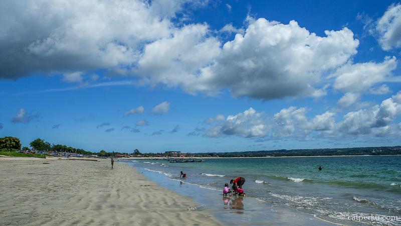 Jimbaran Bay siang hari ketika cuaca sedang cerah, banyak yang beraktifitas disini. Pantai ini masuk ke dalam daftar pantai di Bali Selatan favorit saya karena disini terdapat 3 pantai keren berdekatan.