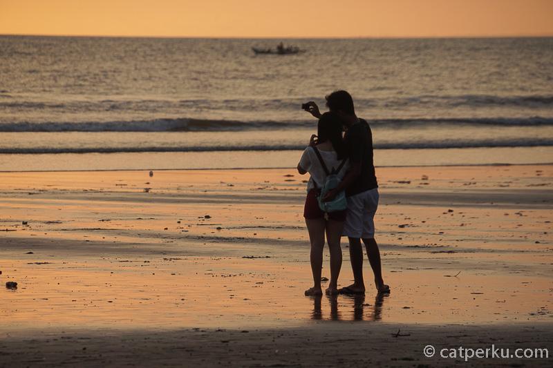 Kalau bisa sih jangan liburan ke Seminyak Beach sendirian. Bikin baper euy~