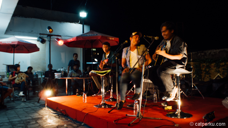 Kalau lagi beruntung, ada mini market yang lengkap dengan show musik akustik! Nongkrong di Kuta makin asik!