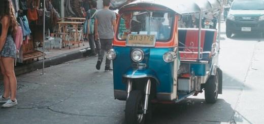Kalau liburan ke Bangkok, kalian akan banyak menemukan kendaraan bernama Tuk Tuk ini