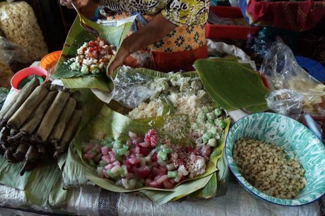Kalian bisa berburu jajanan pasar di pasar tradisional di Prawirotaman.