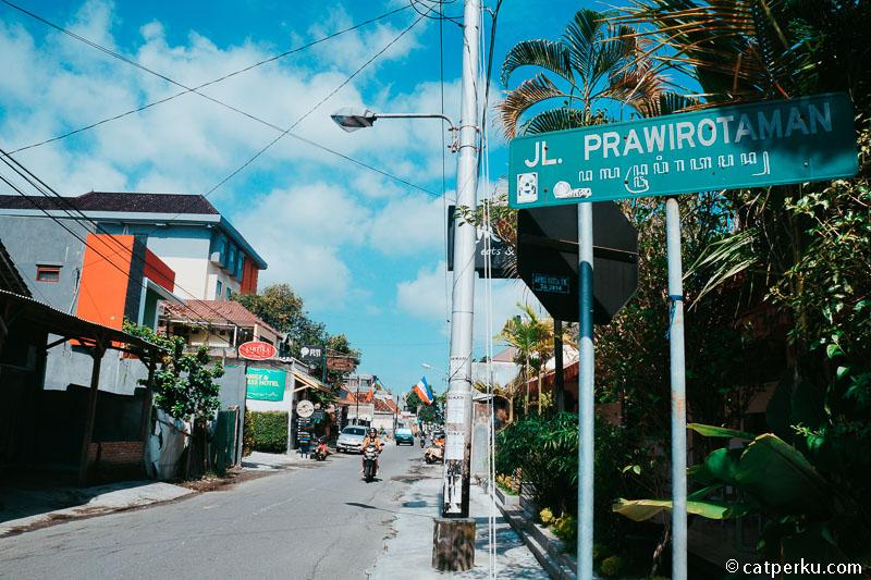 Kamu akan banyak menemukan hotel di sekitar Jalan Prawirotaman.
