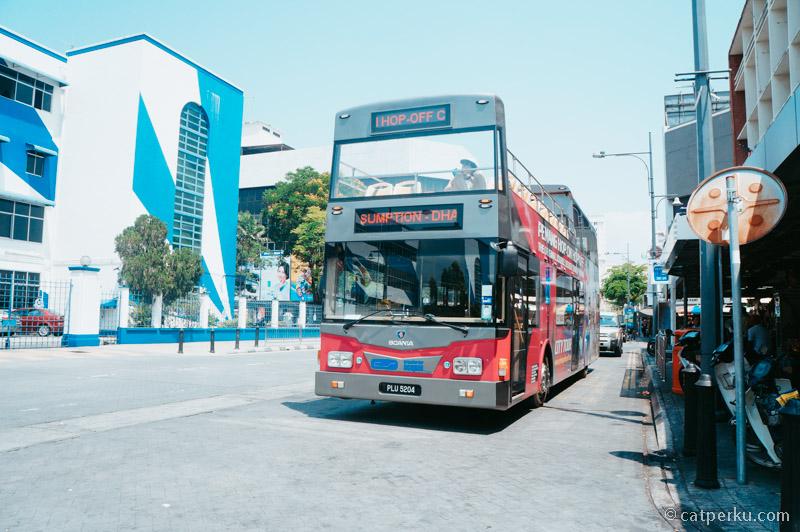 Kamu bisa keliling Penang dengan hop on hop off bus juga!