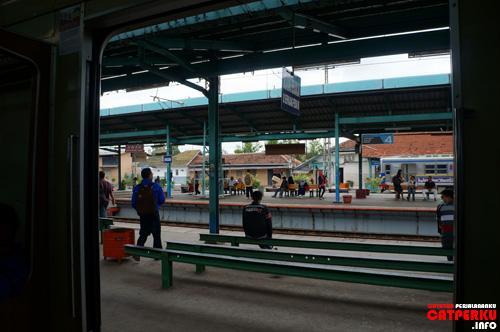 KRL ini digerakkan dengan menggunakan listrik, tetapi stasiun pemberhentiannya ternyata sama saja dengan kereta api lain di Pulau Jawa :)