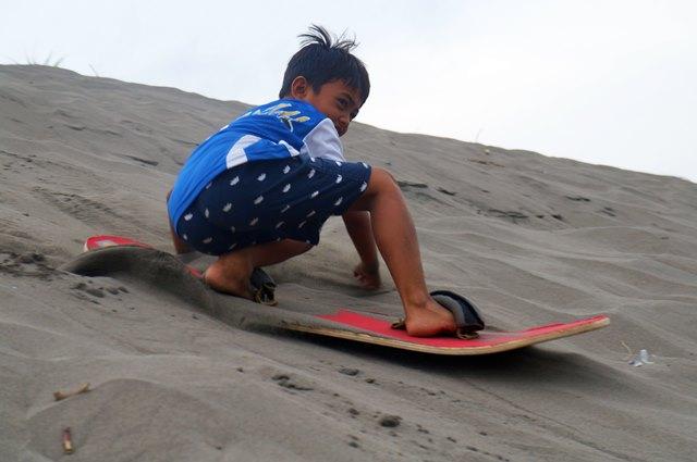 Kecil - kecil jago sandboarding.