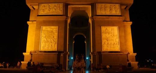 Monumen Simpang Lima Gumul yang mirip dengan Arc de triomphe.