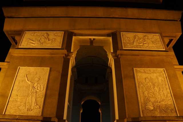 Paling tidak ada 4 ukiran yang terdapat di setiap sisi Monumen.