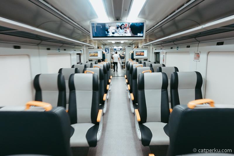 Kereta Bandara Jakarta untuk rute Soekarno Hatta ini lebih sering kosong melompong.