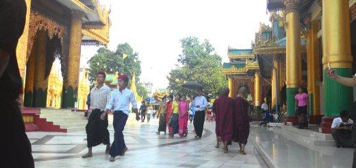 Tipikal orang Myanmar, perempuan dan laki-laki semua memakai longyi