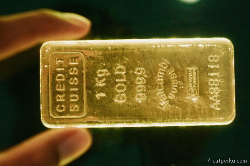 Ada sebuah hotel di Macau yang mempunyai batangan emas seperti ini. Ini asli, dan totalnya ada 88 buah!