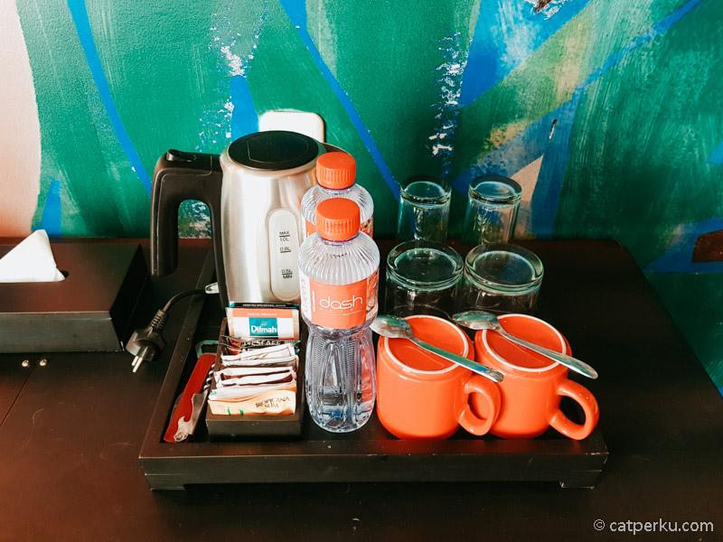 Komplimentara coffee and tea yang ada di kamar