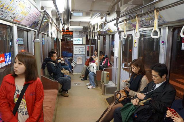 Di dalam Tram itu mirip kereta, tapi gerbongnya cuma satu ^^