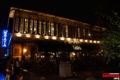 Cafe Batavia sepertinya enak buat malam mingguan. Lain kali mau saya coba, malam mingguan di cafe ini :)