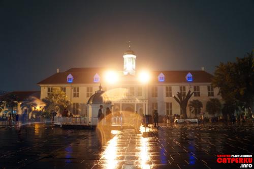Cahaya lampu menghiasi malam di kota tua :)