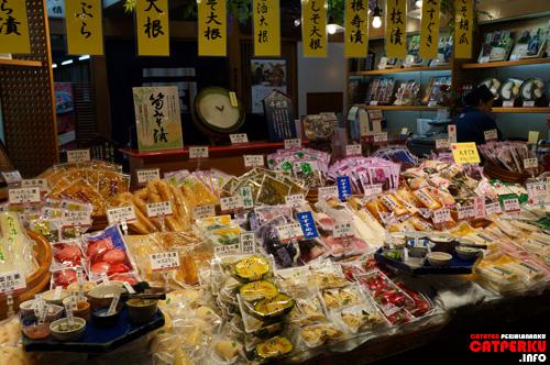 Ada macam - macam makanan, tapi namanya pake bahasa Jepang semua -,-