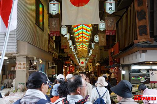 Nih! Pintu masuk menuju Nishiki Market, ramai banget ya?