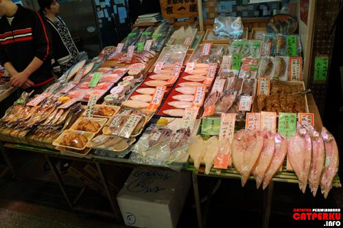 """Ada juga yang jualan seafood yang sudah dikeringin. Pengen beli, tapi bingung bawa ke Indonesia-nya=="""""""
