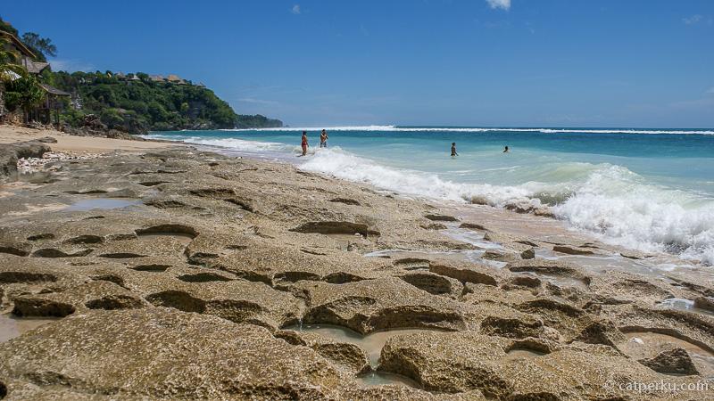 Lansekap pantai berupa karang keras, alas kaki harap dipakai dengan benar selama di pantai ini