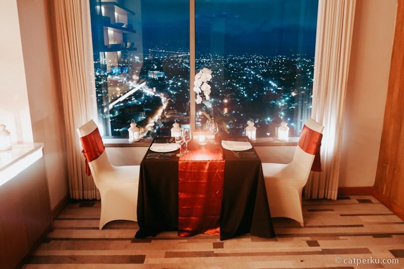 Makan malam romantis sambil menikmati pemandangan Kota Solo, ke Alila Solo saja!