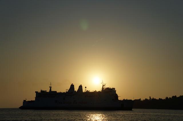Makin sore, jangan beranjak pergi dari Pulau Merak Kecil. Soalnya pemandangan menjelang senja di sini makin kece!
