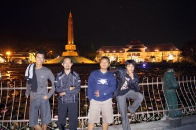 Suasana Kota Malang, dimana saya, dan teman saya berfoto di alun - alun tugu, setahun yang lalu :)