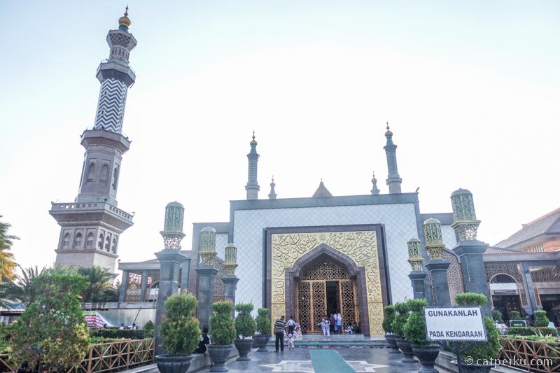 Masjid Agung Cirebon bisa kalian kunjungi sambil jalan kaki keliling kota