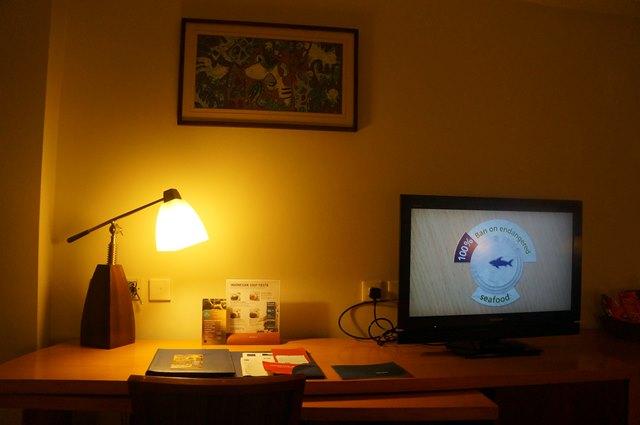 Meja kerja dan TV tampak dari dekat.