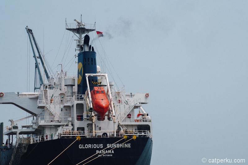 Melihat safety boat di kapal ini mengingatkan saya pada film Captain Phillips