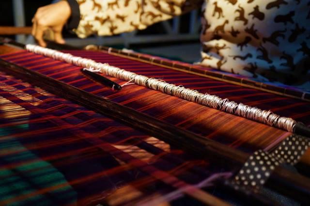 Membuat kain tenun Mandar itu cukup susah dan memakan waktu.