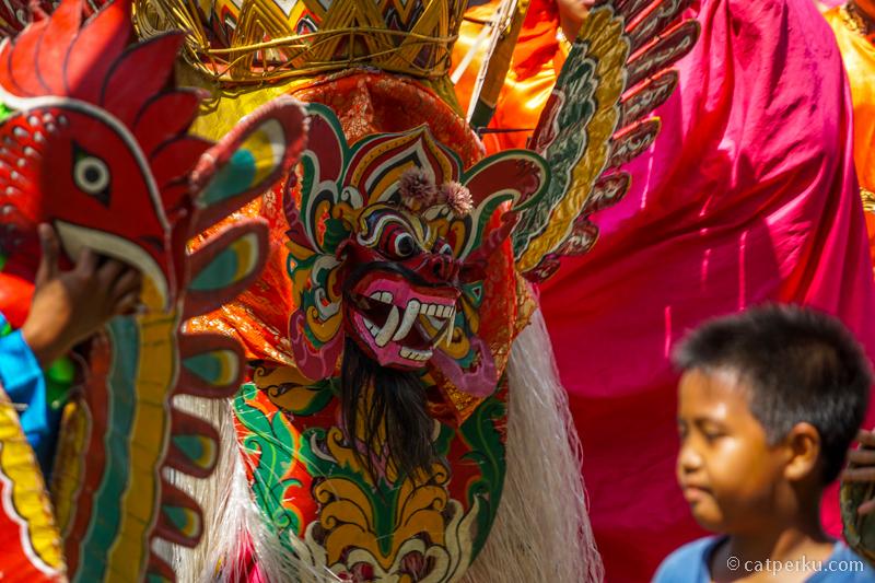 Kalau liburan ke Banyuwangi, kamu bisa menikmati pertunjukan barong Banyuwangi
