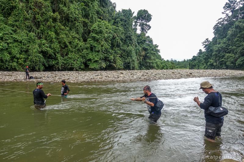 Menyeberang sungai berarus deras seperti ini 6 kali!