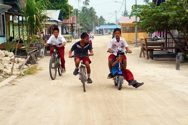 Naik sepeda motor keliling pulau, siapa tau ketemu sama mereka.