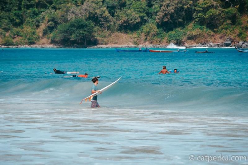 Nggak cuma orang lokal, disini banyak bule yang berlatih surfing. Soalnya ombak di pantai ini memang pas buat pemula untuk berlatih surfing.