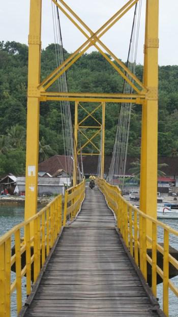 Menyeberangi jembatan ini akan sampai dengan pulau yang lebih kecil disebelahnya, Nusa Ceningan.